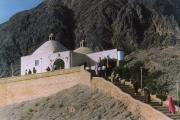 نیایشگاه پیر هریشت در شمال روستای شریف آباد اردکان